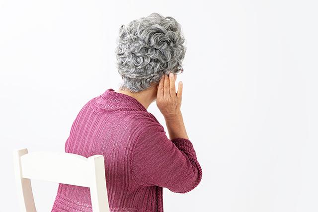 耳が遠い高齢者